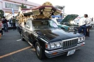 トヨタ・クラウン霊柩車。霊柩車マニアも存在するのが旧車ファンの奥深さ。近年、こういった「宮型」タイプの霊柩車は減り、黒のバンなどによる「洋型」霊柩車にとって変わっている。MS110系のクラウンバンがベース車両。ちなみに霊柩車の個人登録は乗用ワゴンになるという