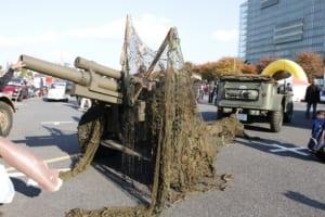 ダッジ・コマンド大砲カーにけん引されているのは、M101 105mm榴弾砲。1941年にアメリカ軍が採用し、ベトナム戦争で使われた。日本の陸上自衛隊でも、礼砲用としてわずかな台数が残されている
