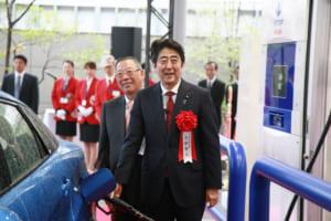 イワタニ水素ステーション芝公園を訪れた安倍首相