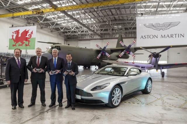 (左から)アストンマーティンCEOのアンディ パーマー、ウェールズ州のカーヴィン ジョーンズ首相、マイケル・ファロン国防大臣、アルン ケアンズ議員