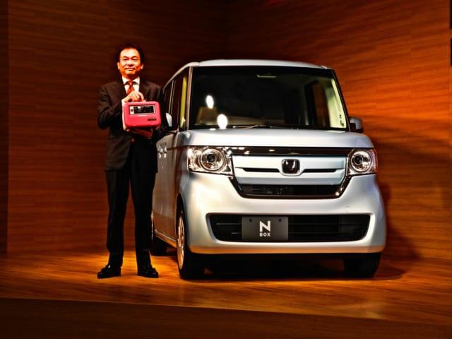 蓄電器「リベイド E500」を手にする寺谷執行役員 日本本部長