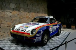 会場の外には、1986年のパリ・ダカールラリーで活躍した959も置かれていた
