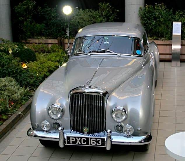 会場には、20世紀後半のベントレーの最高傑作とも評された1955年のベントレー R-TYPE コンチネンタルも置かれていた。2017年の英国コンクールデレガンスで金賞受賞の一台
