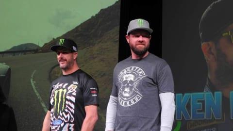 TOYO タイヤのブースにスペシャルゲストとして訪れたケン ブロック(左)とBJ バルドウィン。どちらもトップギアではおなじみの顔。
