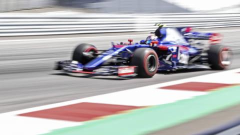 マルク・マルケスがトロ・ロッソペイントのF1に乗る