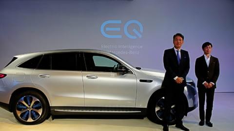 メルセデス・ベンツ EQCの前に立つ上野金太郎CEOと武豊騎手