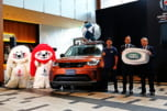 (左から)公式マスコットのレン(白)、ジー(赤)、ディスカバリーのサポート車両、廣瀬氏、ハンソン氏、島津氏