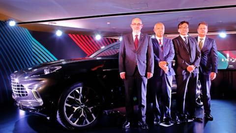 アストンマーティン DBXと(左から)リチャード ハンバート氏、寺嶋正一氏、戸井雅宏氏、アンドレアス ローゼン氏